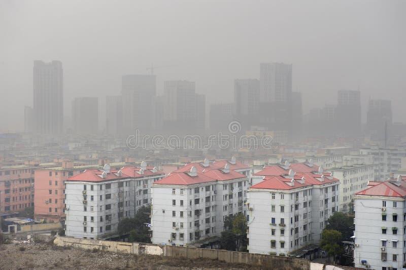 ventili sopra la città di inquinamento fotografie stock libere da diritti