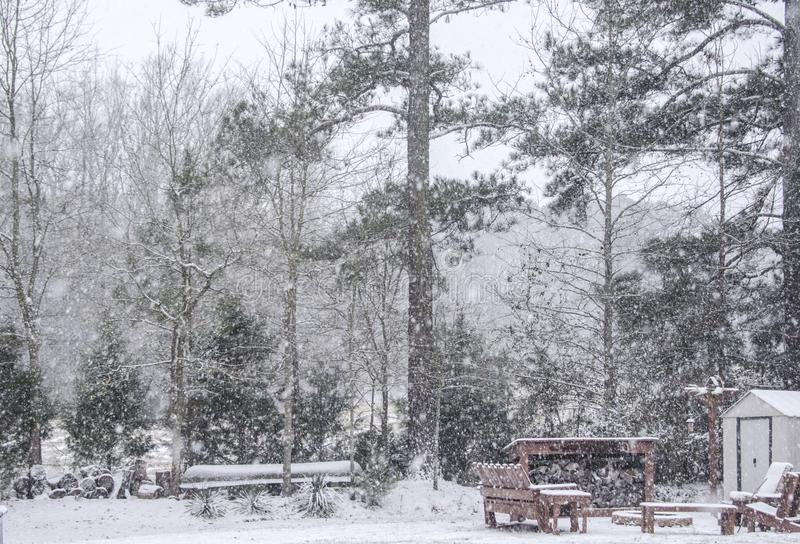 Ventisca de la caída de la nieve en el camping del invierno, Georgia, los E.E.U.U. imagenes de archivo