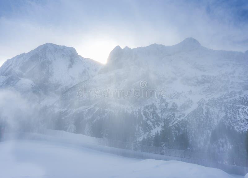 Ventisca de la nieve ligera en las montañas foto de archivo