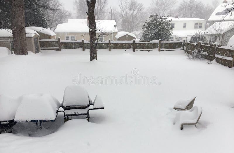 Ventisca suburbana del patio trasero de la vecindad - nieve profunda imagenes de archivo