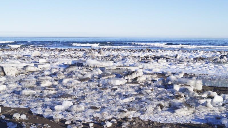 Ventiseiesimo gennaio, 2019 - baia di Avacha, città di Viljucinsk dell'oceano Pacifico, penisola di Kamchatka, Russia Grandi banc fotografia stock