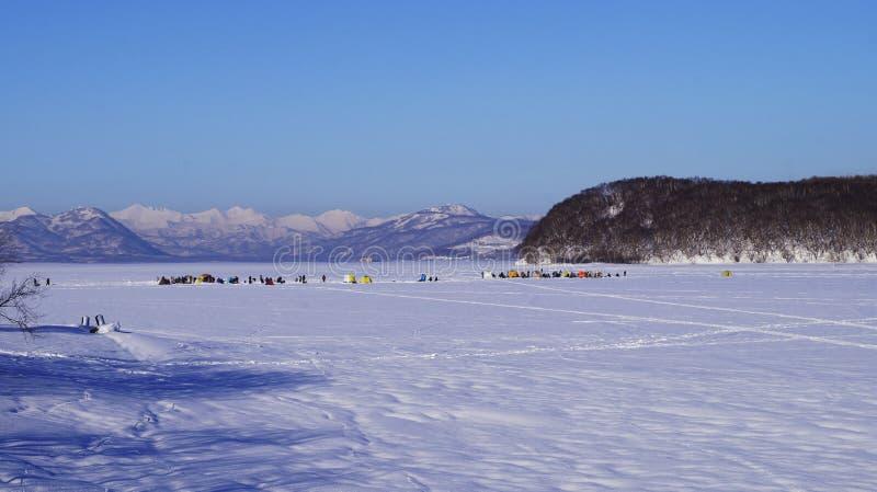 Ventiseiesimo gennaio, 2019 - Berry Bay, città di Viljucinsk, penisola di Kamchatka, Russia Gruppo di pescatori su pesca di inver fotografia stock