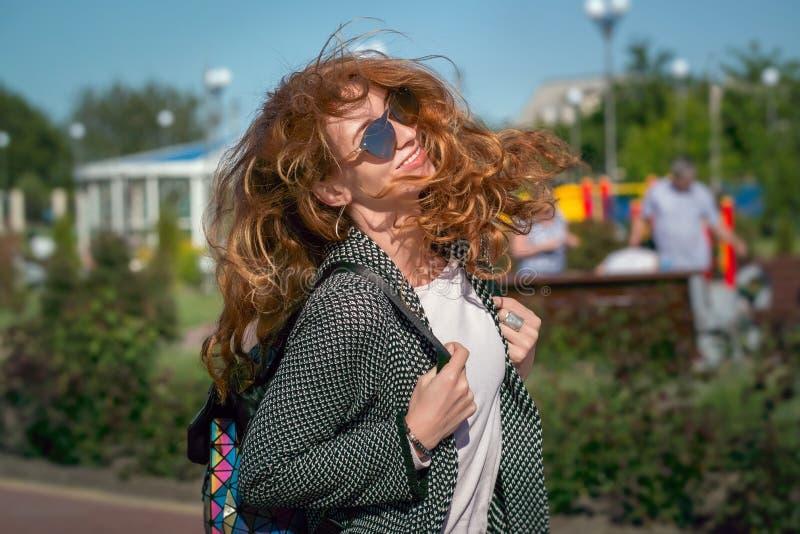 Vento che ondeggia ragazza dai capelli rossi in occhiali da sole fotografie stock libere da diritti