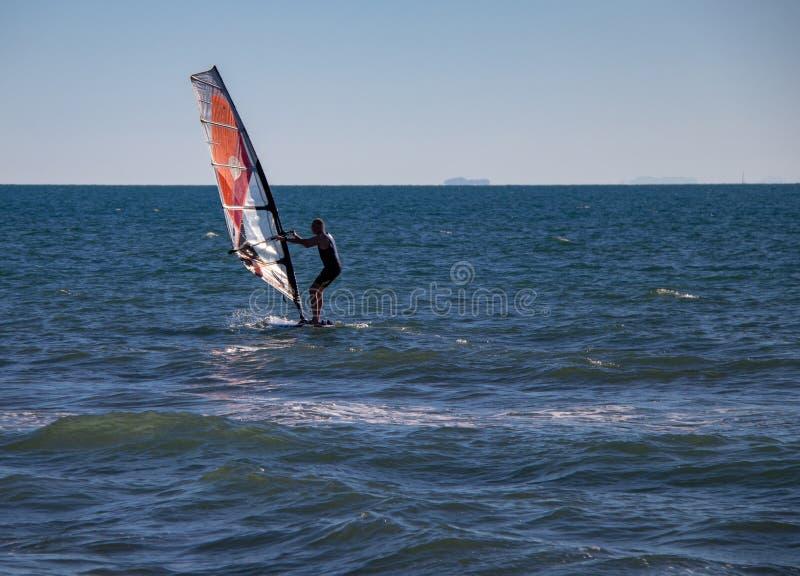 Vento che pratica il surfing nella città di Viareggio fotografia stock libera da diritti