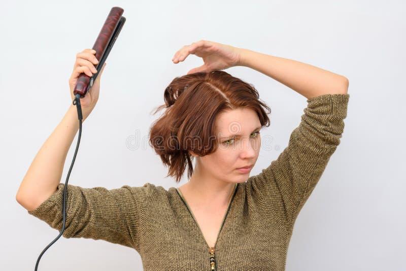 Vento da menina o cabelo nos encrespadores de cabelo imagens de stock