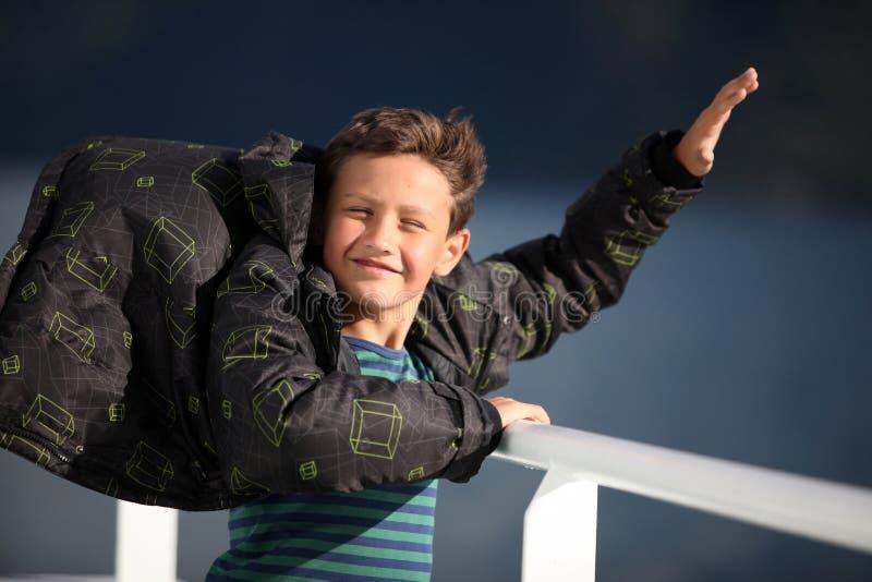 Vento de travamento do menino fotografia de stock royalty free
