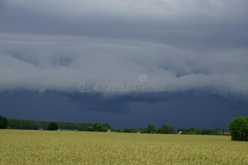 vento della pioggia di temporale della nuvola dello shelfcloud fotografie stock libere da diritti