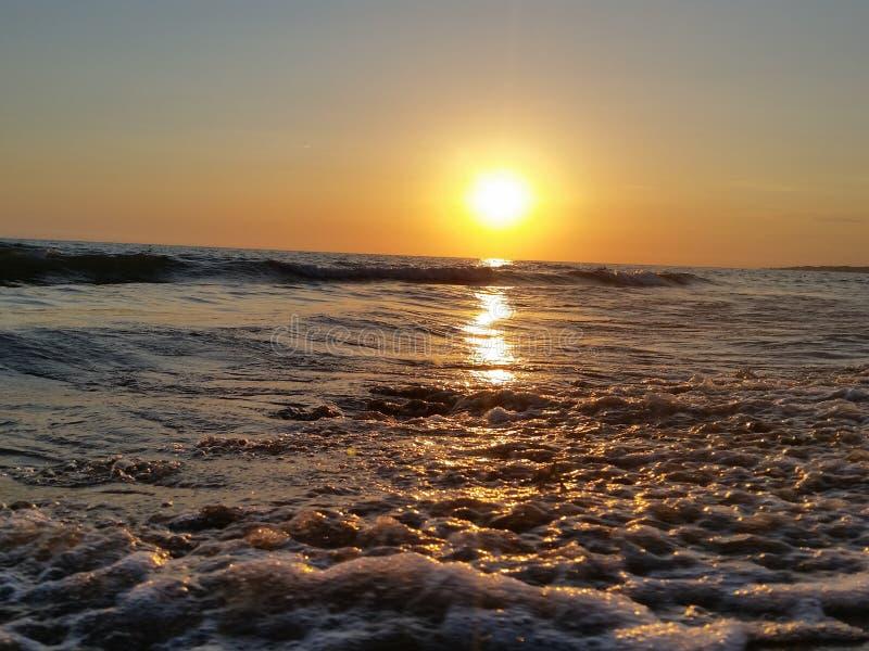 Vento delle onde del mare di tramonto bello immagini stock