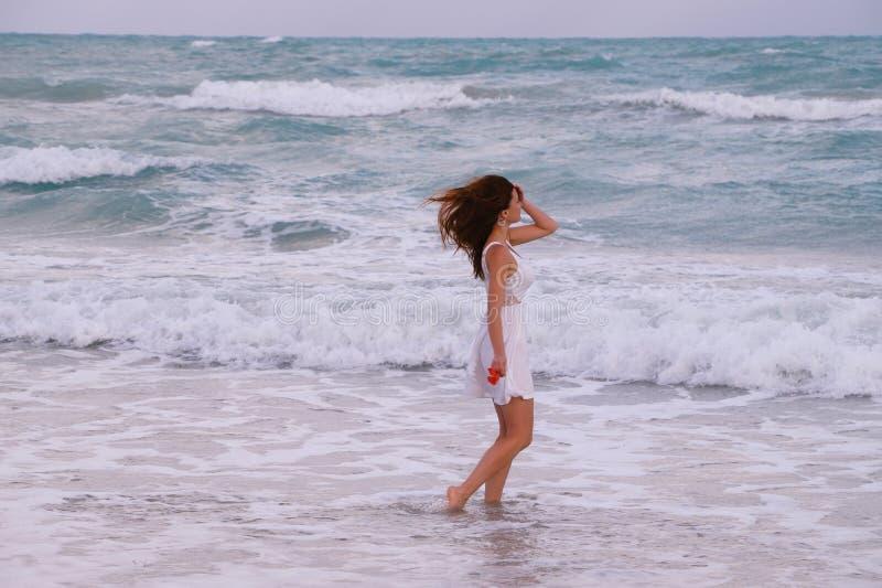 Vento e ragazza vicino all'oceano immagine stock libera da diritti