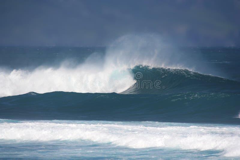 Download Vento ed onde tempestosi immagine stock. Immagine di tropici - 3893359