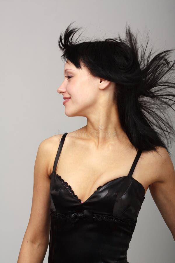 Vento. Giovane donna attraente con capelli pazzeschi. immagini stock