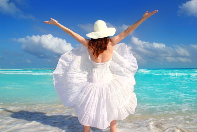 Vento posteriore della donna della spiaggia che agita vestito bianco immagini stock libere da diritti