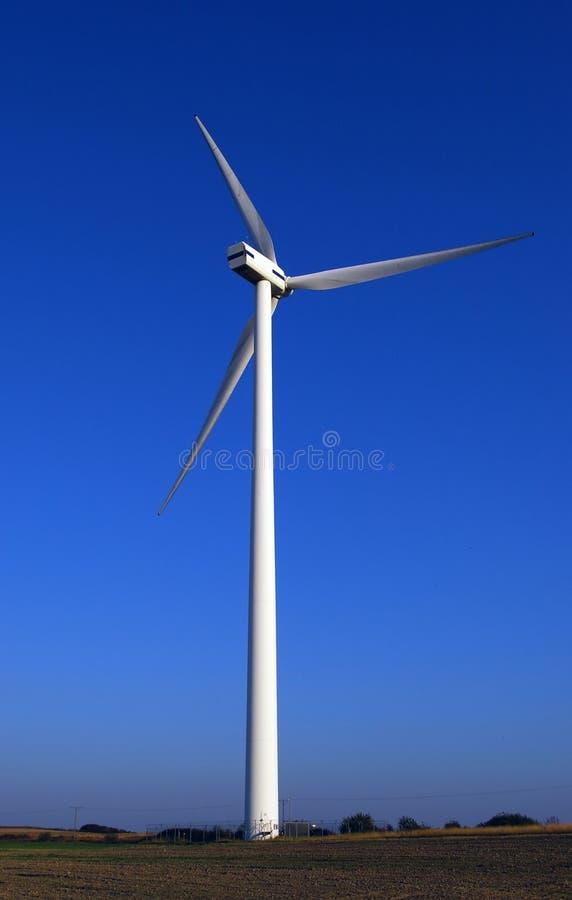 Vento-turbina enorme sull'azzurro. fotografia stock libera da diritti