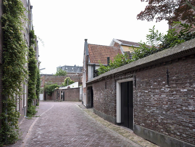 Ventos estreitos da rua através do centro da cidade velha leeuwarden, capit foto de stock royalty free