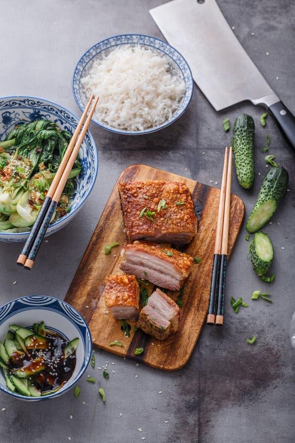 Ventre de porc croustillant chinois de peau avec le bok choy et les cucmbers photographie stock