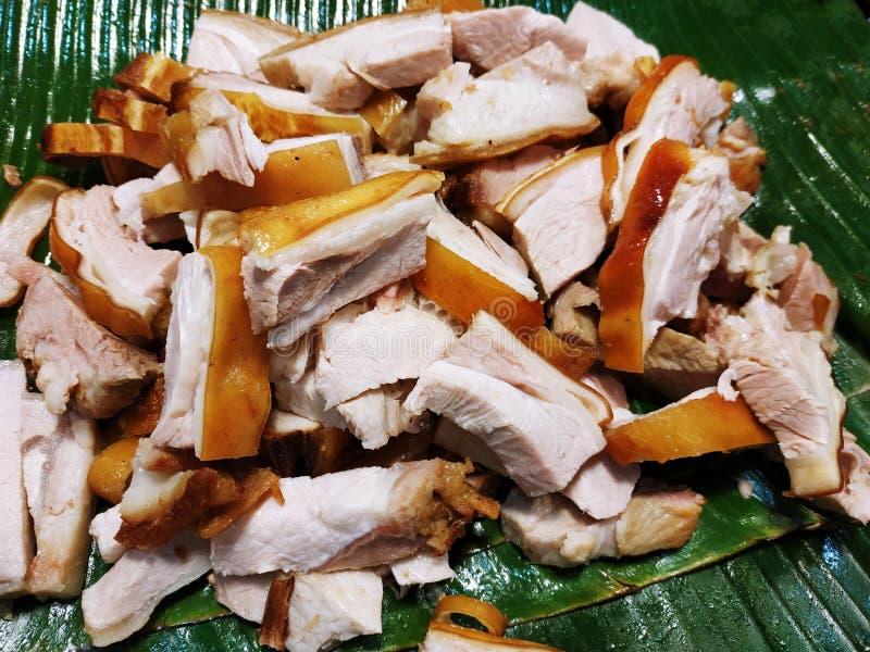 Ventre de porc croustillant sur des feuilles de banane, nourriture thaïlandaise de rue photographie stock libre de droits