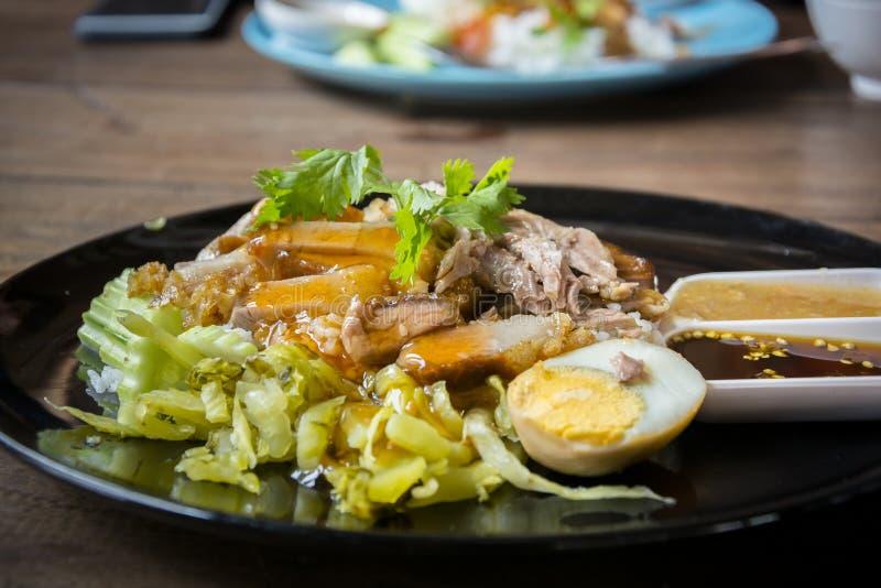 Ventre de porc croustillant sur le riz complété - style asiatique de nourriture image stock