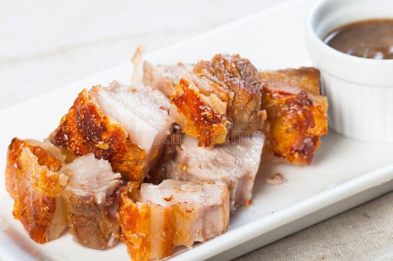 Ventre de porc cuit à la friteuse avec de la sauce à foie photo stock