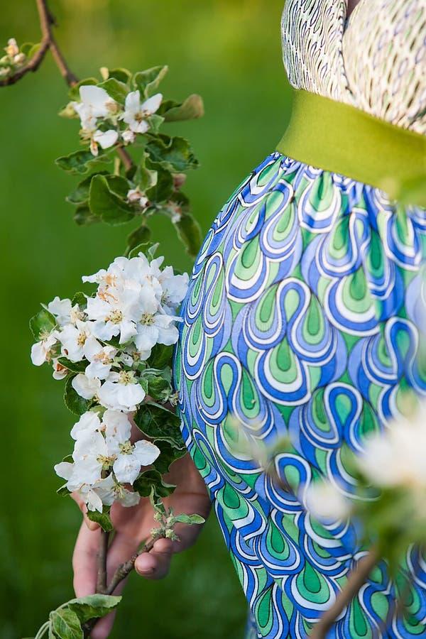 Ventre enceinte avec la branche de fleur photographie stock