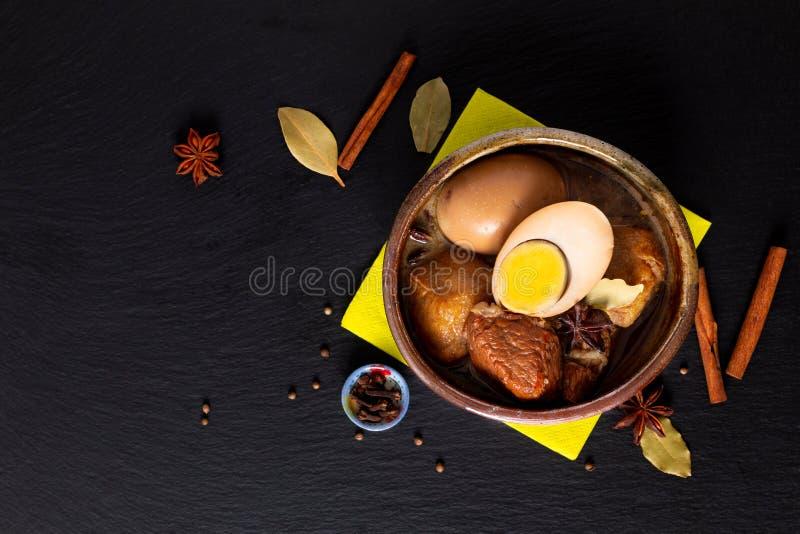 Ventre et oeuf de porc tha?landais de cuisine de concept de nourriture avec cinq l'?pice Stew Moo Palo parfum? sur le panneau noi images libres de droits