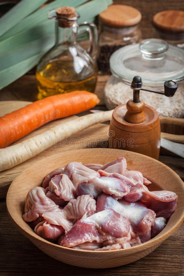 Ventrigli crudi crudi del pollo immagine stock libera da diritti
