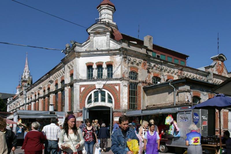 Ventspils Lettland Saluhall med shoppare utanför royaltyfri bild