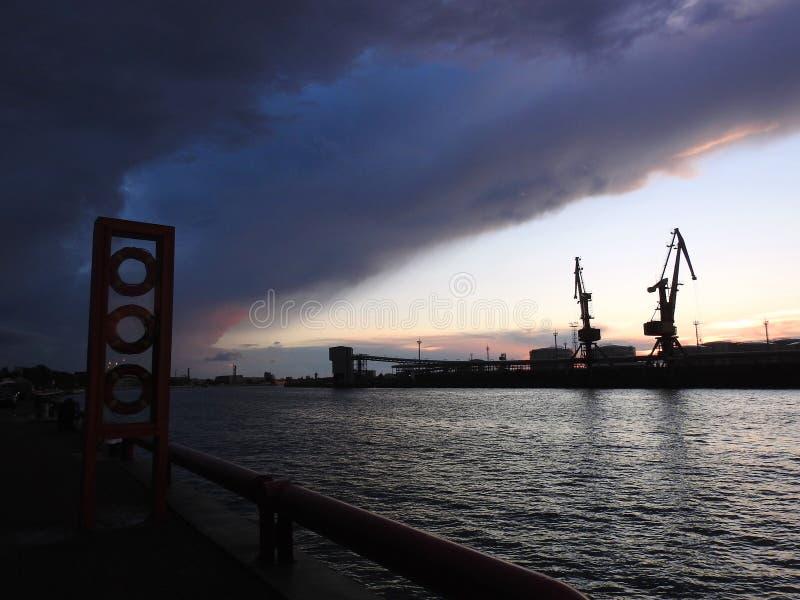 VEntspils schronienie i piękny chmurny niebo, Latvia zdjęcia royalty free