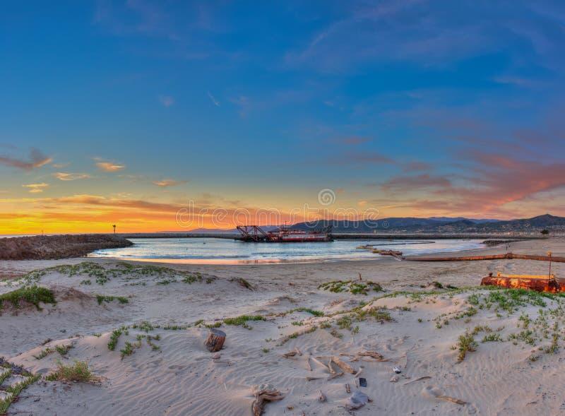 Ventura λιμενικός βυθοκόρος κάτω από το ηλιοβασίλεμα πυράκτωσης στοκ εικόνες με δικαίωμα ελεύθερης χρήσης