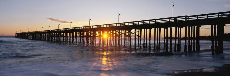 Ventura pir på solnedgången. royaltyfri foto