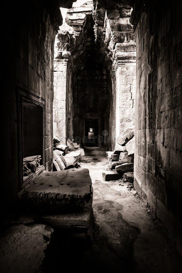 Venuta chiara tramite il tetto del tempiale di Angkor fotografia stock libera da diritti