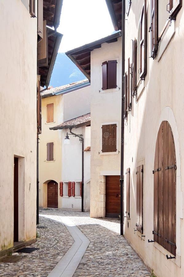 Venzone, Italie Rues de Venzone, vieille ville, située dans la région historique de Friuli image stock