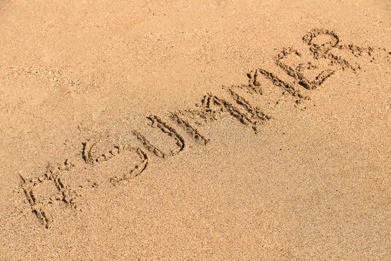 verão de Hashtag em Sandy Summer Beach fotos de stock