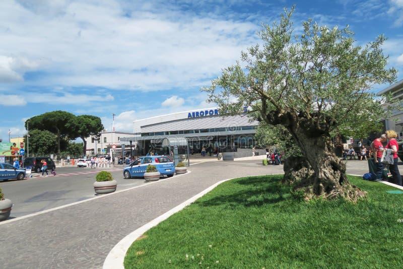 """verão 2016 do †de Roma, Itália """" Policie o carro (de Polizia) na entrada do aeroporto de Ciampino fotografia de stock royalty free"""