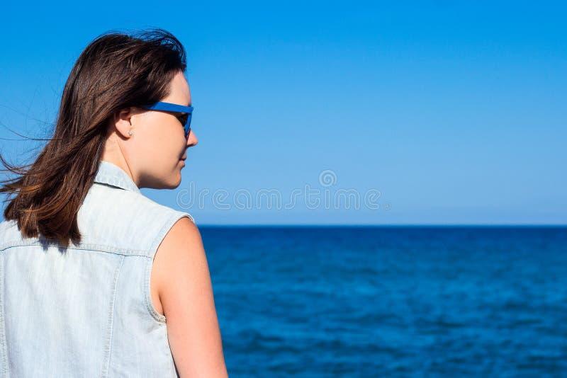 verão e conceito do curso - opinião traseira a mulher sobre o backgr da praia imagens de stock