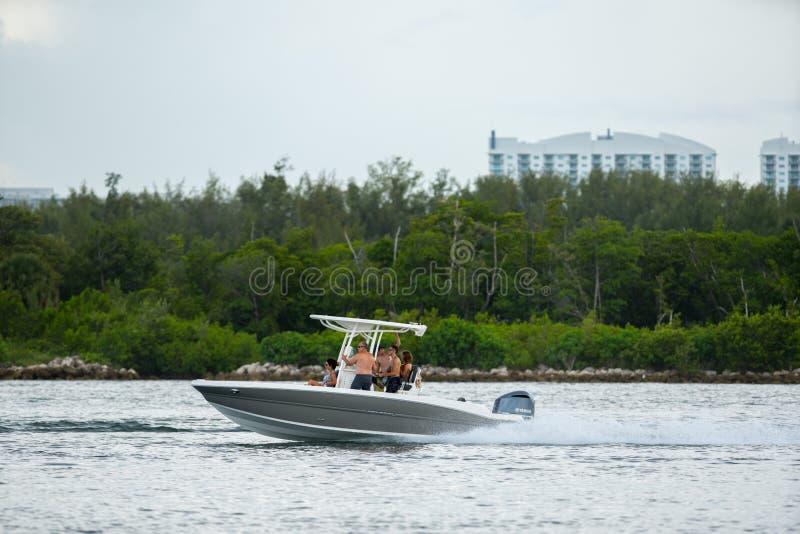 verão em Miami Esporte de barco dos povos no fim de semana e tendo o divertimento imagens de stock