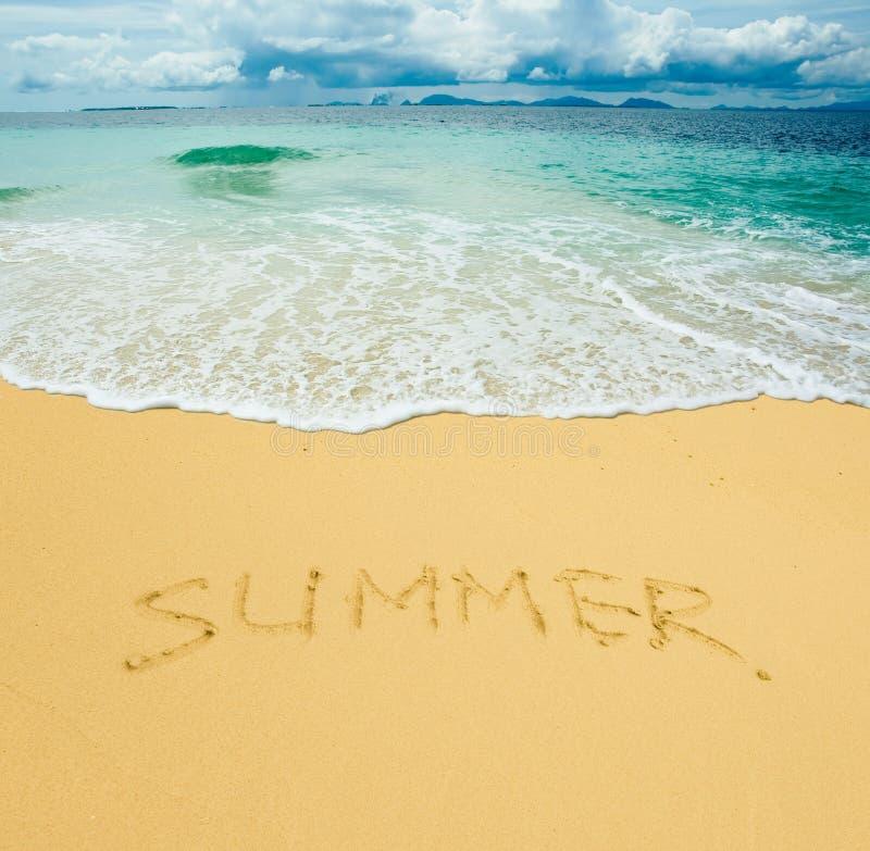 Verão escrito em uma praia arenosa fotografia de stock