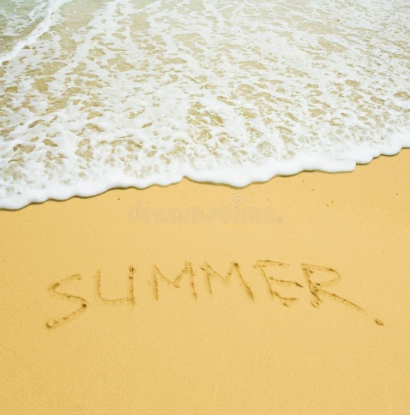 Verão escrito em uma praia tropical arenosa imagem de stock royalty free