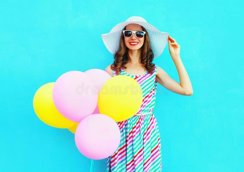 verão! Forme a jovem mulher de sorriso feliz com os balões coloridos de um ar imagem de stock royalty free