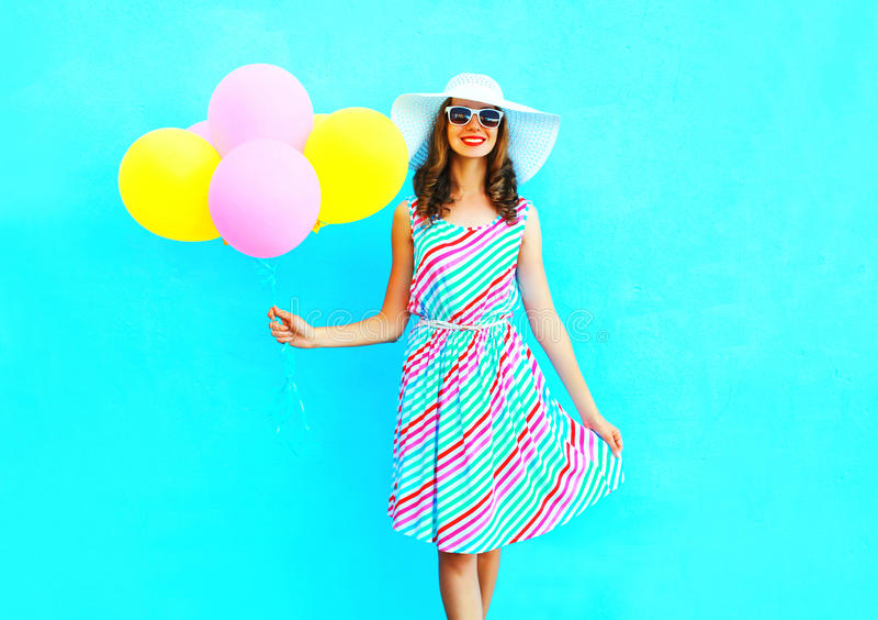 verão! A jovem mulher de sorriso feliz da forma guarda balões coloridos de um ar fotografia de stock royalty free