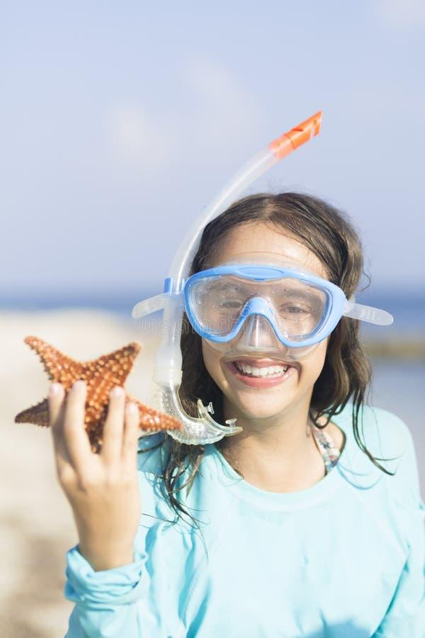 verão, menina feliz com estrela do mar bonita imagens de stock royalty free