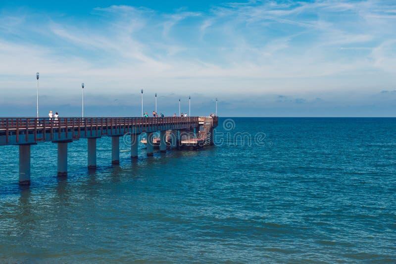 verão no mar, Zelenogradsk, Kaliningrad, Rússia mar Báltico, verão e cais ensolarado, branco fotos de stock