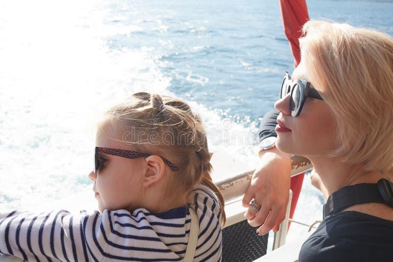 verão O retrato da mãe com a filha que tem a mulher do resto e a criança da menina caçoam nos óculos de sol fotos de stock