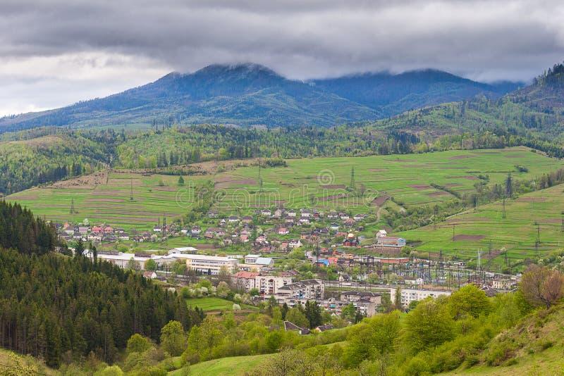 verão, paisagem da montanha da tempestade da mola antes da chuva carpathians fotos de stock