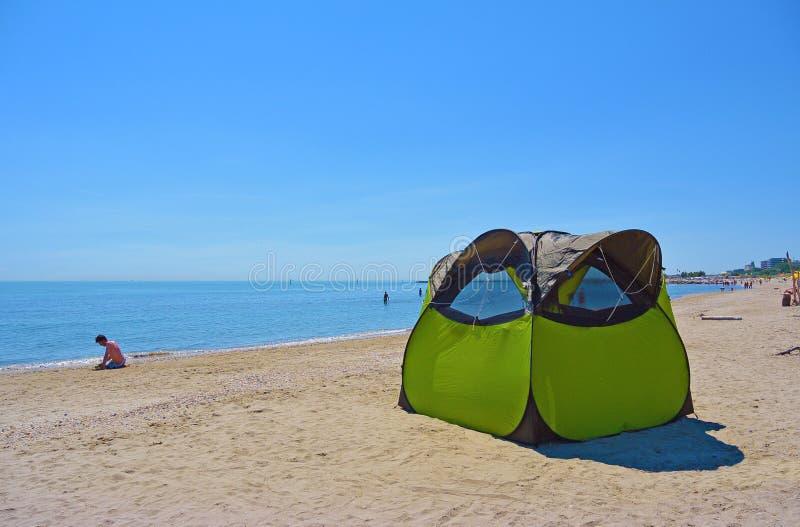 verão que acampa com uma barraca em uma praia selvagem solitária Lido di Classe, Italia imagens de stock