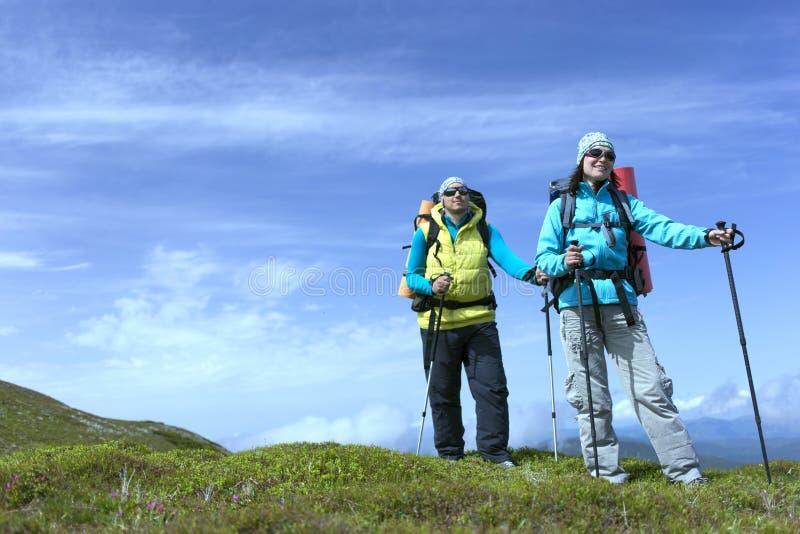 verão que caminha nas montanhas com uma trouxa imagem de stock royalty free