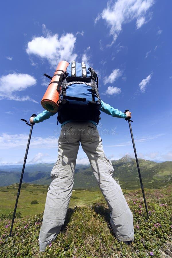 verão que caminha nas montanhas com uma trouxa foto de stock