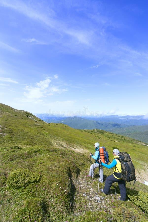 verão que caminha nas montanhas com uma trouxa fotografia de stock