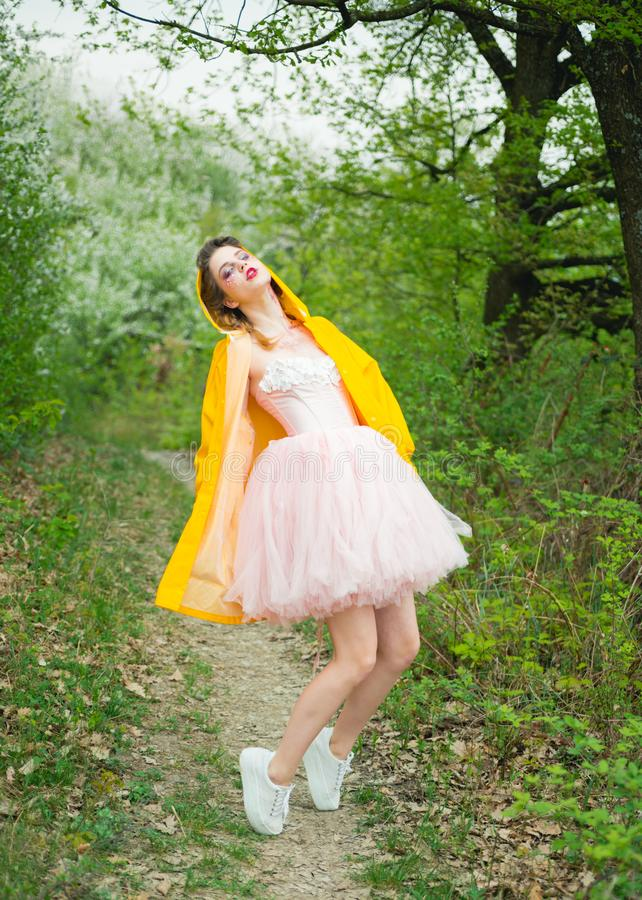 Verão quente Terapia natural da beleza e dos termas Cara e skincare Saúde das mulheres Alergia às flores Mulher com mola fotos de stock royalty free
