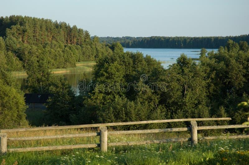 verão rural da noite do lago da cerca do país fotos de stock