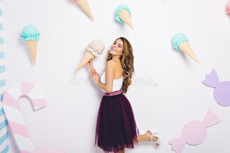 verão, sonho do gelado, modelo elegante atrativo na saia do tule isolada no fundo branco Tendo o divertimento, sorrindo imagens de stock